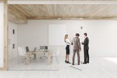 Folk som talar i konferensrum med glasväggar och dörrar Arkivbild