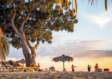 Folk som tar bilden av den tropiska solnedgången Royaltyfri Fotografi