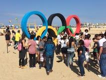 Folk som tar picutres på olympic bågar - Rio de Janeiro 2016 Royaltyfri Foto