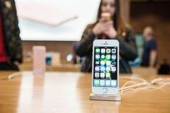Folk som testar ny iPhone med den Apple iPhoneSEN Arkivbilder