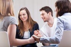 Folk som tillfredsställs på gruppterapi Arkivbild