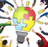 Folk som tillsammans arbetar, och innovationbegrepp Arkivfoto