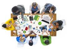 Folk som tillsammans arbetar på en konferenstabell Royaltyfri Fotografi