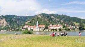 Folk som tycker om Danube River i Durnstein, Wachau, Österrike Arkivbilder