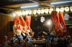 Folk som tycker om den Tenjin festivalen, Osaka Japan, måndag, Juli 23rd arkivbild