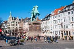 Folk som tycker om en solig vårdag i centret av Köpenhamnen arkivbild