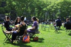 Folk som tycker om en trevlig dag i Bryant Park Arkivbild