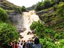 Folk som tycker om härliga färgstänk av vattenfallet arkivfoto