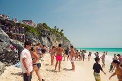 Folk som tycker om i den Tulum stranden Arkivfoto