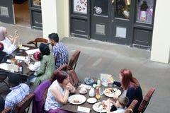 Folk som tycker om mål på restaurangen för Covent trädgård Royaltyfri Fotografi