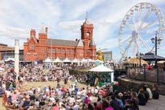 Folk som tycker om musik på den Cardiff matfestivalen 2017 Arkivfoto