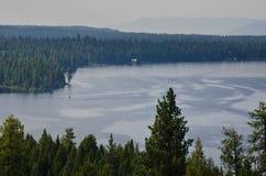 Folk som tycker om sommar sjön i bergen Arkivfoton