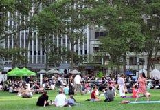 Folk som tycker om sommaren i Bryant Park Royaltyfri Bild