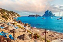 Folk som tycker om sommaren på den Cala D `-Hort stranden spain Royaltyfri Bild
