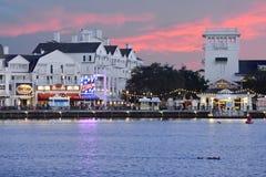 Folk som tycker om strandpromenaden på härlig solnedgångbakgrund på sjön Buena Vista royaltyfria bilder