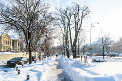 Folk som tycker om Sunny Winter Day Following en stark snöstorm i den i stadens centrum Bucharest staden Royaltyfria Bilder