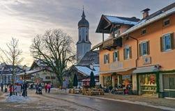 Folk som tycker om vinterafton på trottoarkafét i Garmisch-del Royaltyfria Bilder