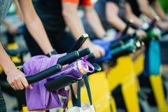 Folk som utbildar på en idrottshall som gör cyclo inomhus royaltyfri fotografi