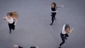 Folk som utför dans på vägen lager videofilmer