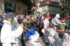 Folk som utför Gugge musik på karnevalet av Engelberg Arkivbild