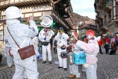 Folk som utför Gugge musik på karnevalet av Engelberg Royaltyfri Foto
