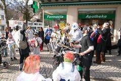 Folk som utför Gugge musik på karnevalet av Engelberg Fotografering för Bildbyråer