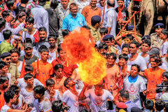 Folk som utför under helig festival i Indien Royaltyfria Foton