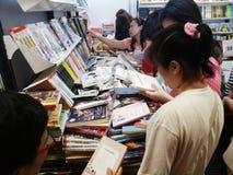 Folk som väljer böcker på den nationella bokmarknaden och den 13th Bangkok internationella bokmarknaden 2015 Royaltyfri Bild