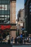 Folk som väntar för att korsa Fifth Avenue, New York, USA, på en sebra royaltyfria bilder