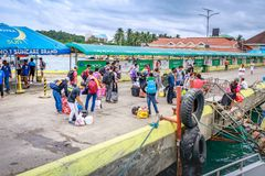 Folk som väntar för att ta ett fartyg till den Boracay ön på Caticlan jett Arkivbild