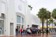 Folk som väntar i linje på Apple Store Arkivfoton