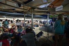 Folk som väntar i linje på den Culebra Fajardo färjaterminalen Fotografering för Bildbyråer
