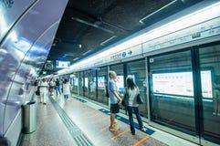 Folk som väntar MTR-drevet på vägbankfjärdstationen Royaltyfri Foto