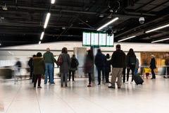 Folk som väntar på ankomster för terminal 1 i den Dublin flygplatsen arkivbild
