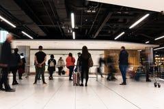 Folk som väntar på ankomster för terminal 1 i den Dublin flygplatsen royaltyfri bild