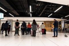 Folk som väntar på ankomster för terminal 1 i den Dublin flygplatsen royaltyfri foto