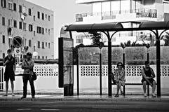 Folk som väntar på bussen på La Manga (Murcia) 14 Royaltyfri Foto