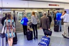 Folk som väntar på den slutliga spårvagnen på flygplatsen Arkivbilder