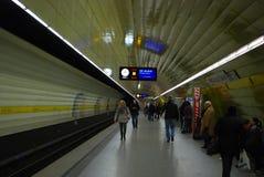 Folk som väntar på deras gångtunneldrev i Munich Royaltyfri Fotografi