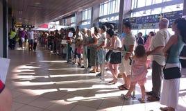 Folk som väntar på deras handelsresandevänner Arkivbild