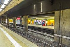 Folk som väntar på en bänk i hauptwachen för gångtunnelstation Arkivfoton