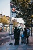 Folk som väntar på en buss på den Larcom gatahållplatsen i Loen fotografering för bildbyråer