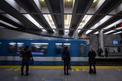 Folk som väntar på en gångtunnel i den Berri-UQAM stationsplattformen, grön linje, medan ett tunnelbanadrev kommer arkivfoto