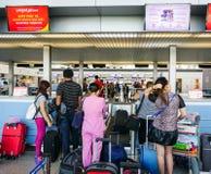 Folk som väntar på flygplatsen i Saigon, Vietnam Arkivfoto