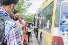 Folk som väntar på på bussen på det Mahidol universitetet avläggande av examen Royaltyfria Foton