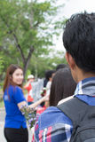 Folk som väntar på på bussen på Mahidol Universit Royaltyfria Foton