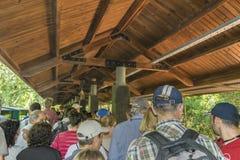 Folk som väntar till utlandet drevet till DevilÂs hals på Iguazu Arkivbilder