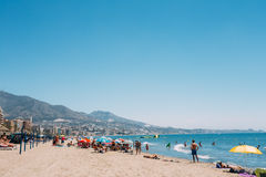 Folk som in vilar på stranden i Costa del Sol Fotografering för Bildbyråer