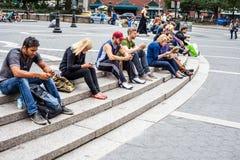 Folk som vilar på Union Square New York Royaltyfria Bilder