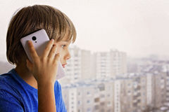 Folk-, teknologi- och kommunikationsbegrepp samtal för cellbarntelefon Royaltyfri Fotografi